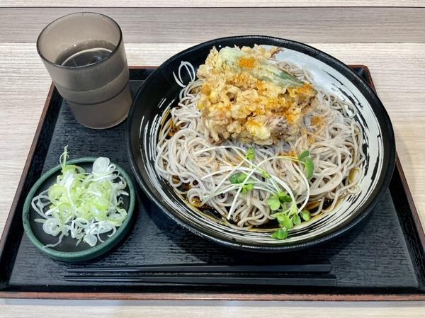 ゲソと夏野菜のかきあげそば(590円)