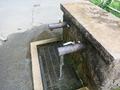 とうふ工房駐車場内の水くみ場