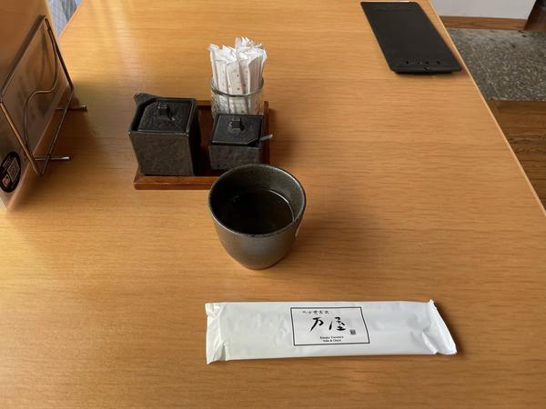 温かい蕎麦茶と卓上の調味料