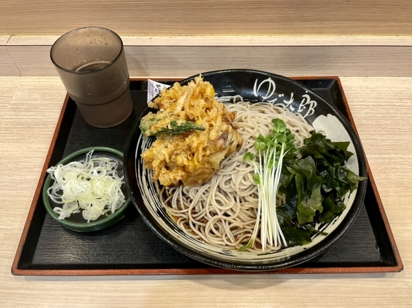ゲソと夏野菜のかきあげそば(590円)+三陸わかめ(100円)