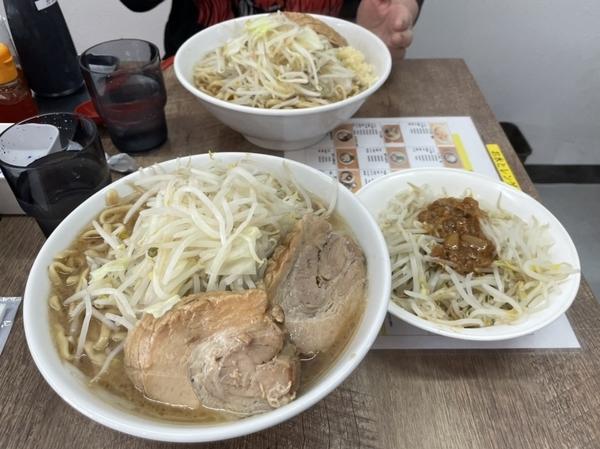 らーめん醤油(850円)+大盛り400g(100円)+豚増し1枚(150円)野菜