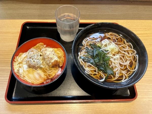 お得な500円(税込)セット・温かけそば+ミニカキフライとじ丼