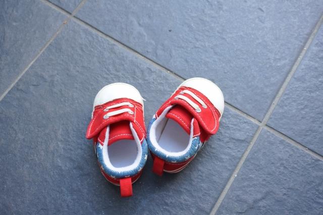 靴を揃えることを子供に教える