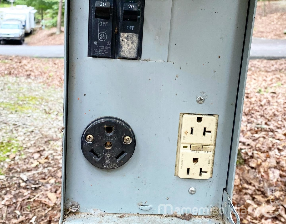 キャンプサイトの電源