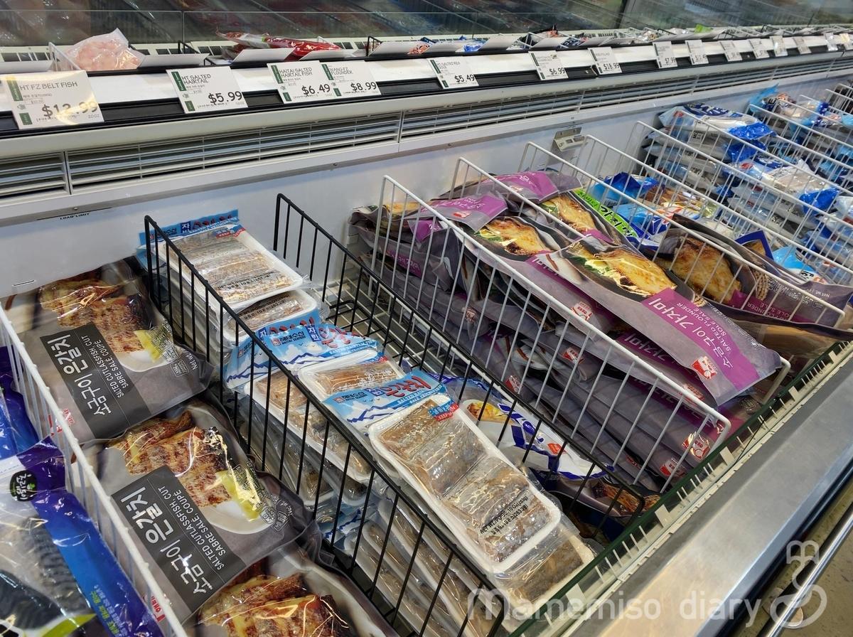 魚介の冷凍食品の棚の様子