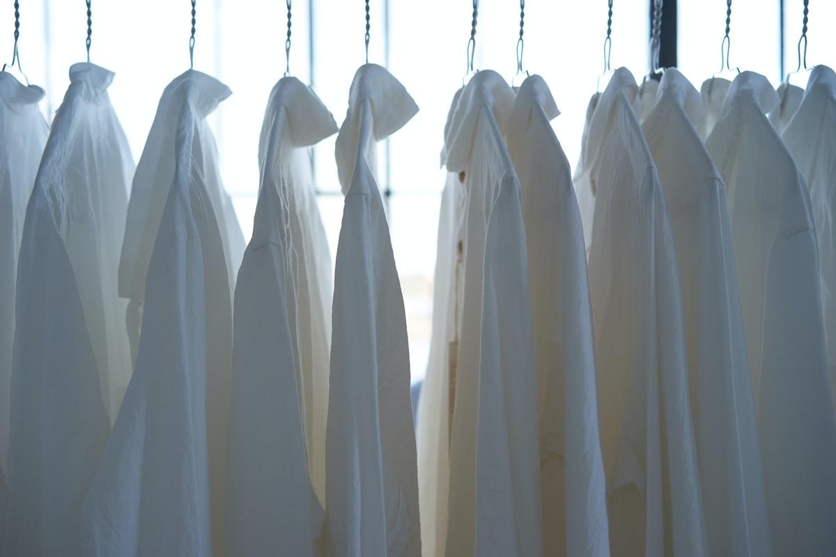 白いシャツが並んだ写真