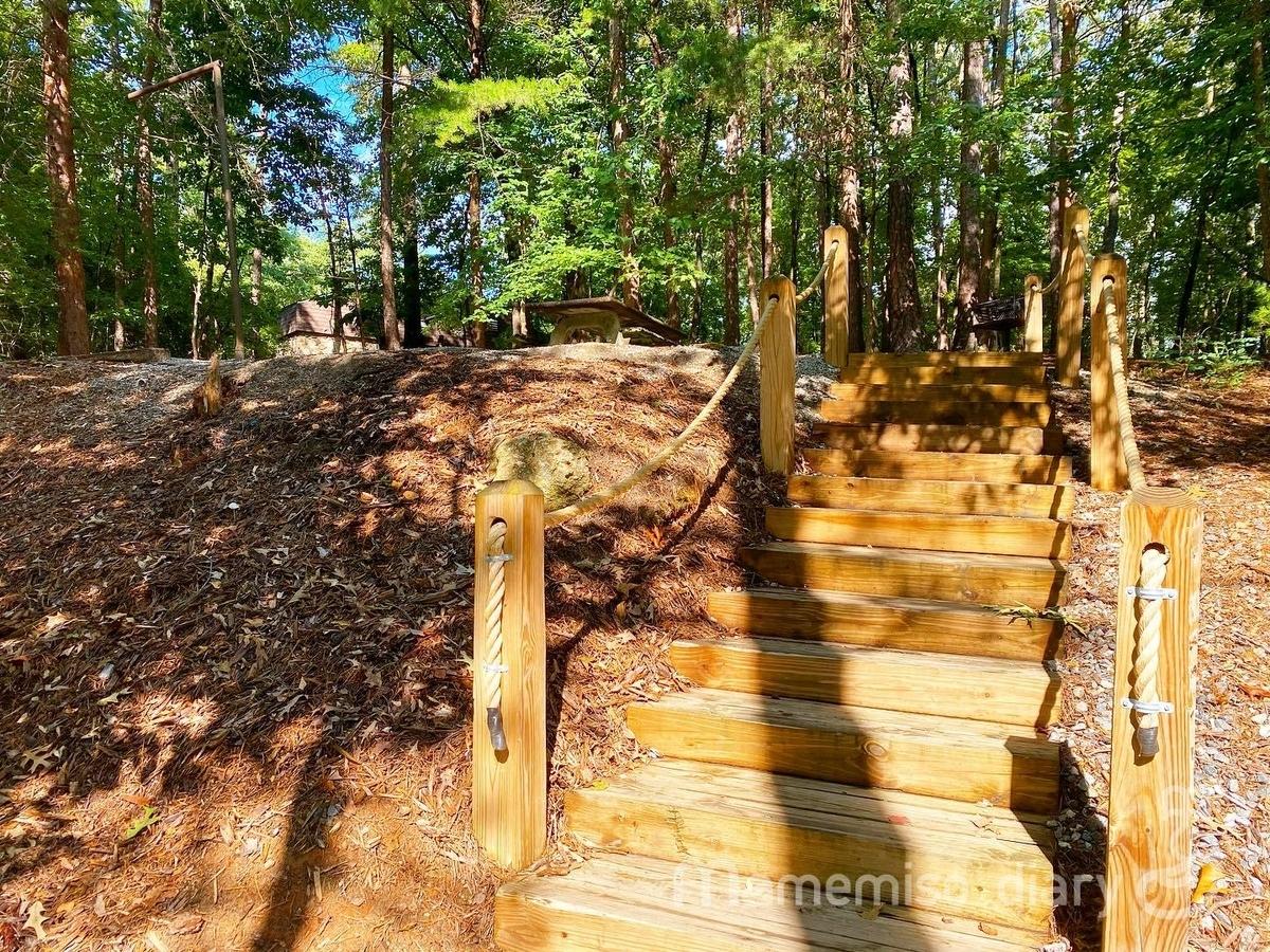 キャンプサイトの階段の写真