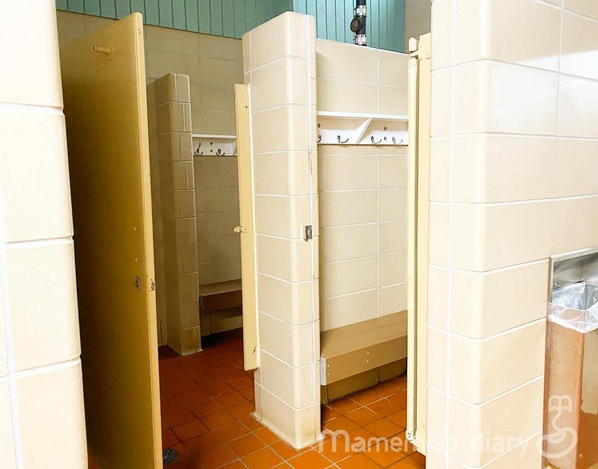 キャンプ場のシャワールーム
