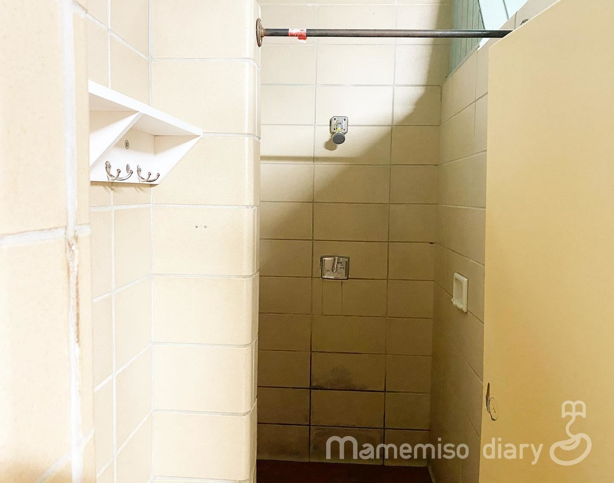 キャンプ場のシャワールームの中