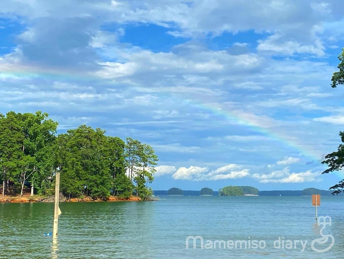湖と虹の様子