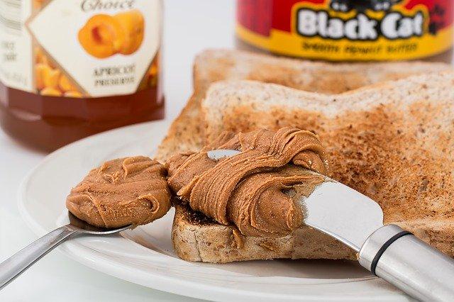 ピーナツバターと食パンの写真