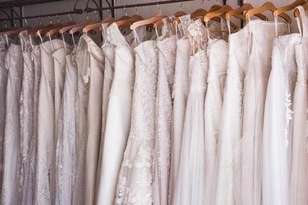 並んだドレスのイメージ
