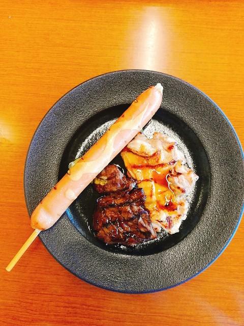 ステーキ食べ放題のビーフ、チキン、フランクフルト