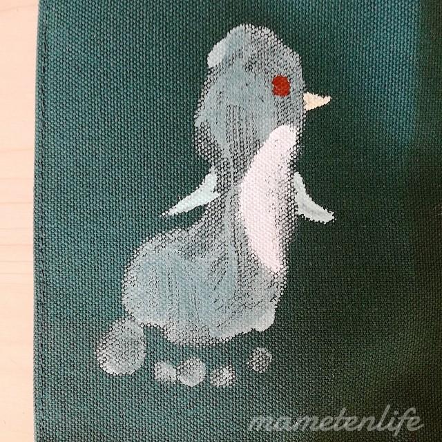 左足の足型アートのペンギン