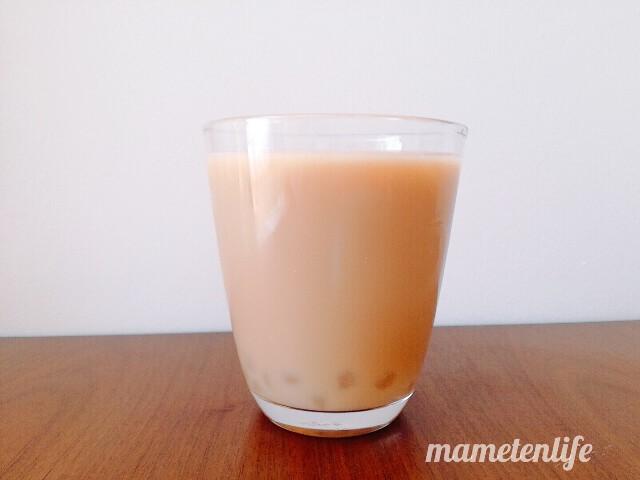 タピオカミルクティー缶(台湾洪大媽珍珠奶茶飲料)をグラスに注いだところ
