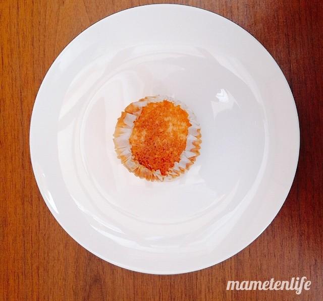 ローソンバスチー‐バスク風チーズケーキ‐をお皿に置いたところ