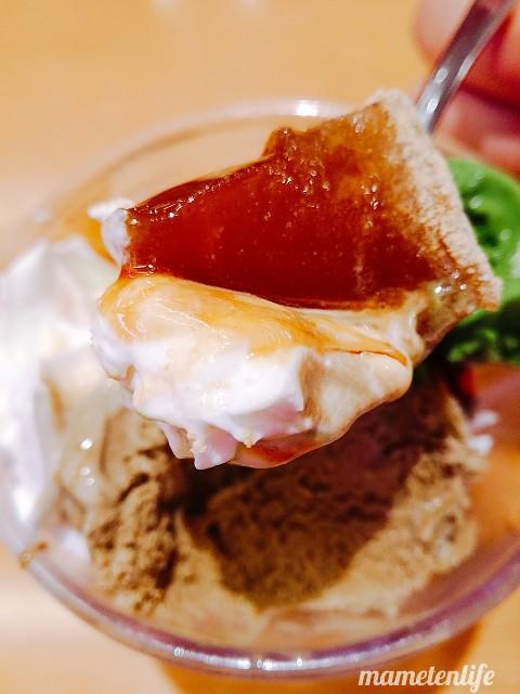スシローのほうじ茶の和パフェのわらび餅・黒蜜・ホイップクリームを一気にスプーンにのせたところ