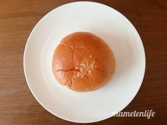 ローソン レーズン好きのラムレーズンパンをお皿にのせたところ
