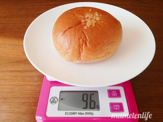 ローソン レーズン好きのラムレーズンパンの重さを測っているところ