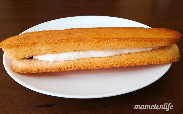 ファミリーマート香ばしいクッキーのクリームサンド(レーズン)をお皿にのせたところ