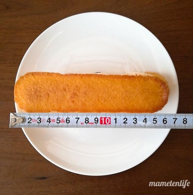 ファミリーマート香ばしいクッキーのクリームサンド(レーズン)の長さを測っているところ