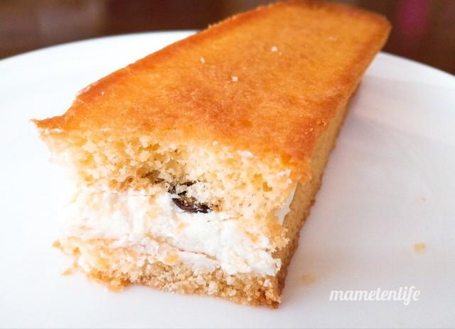 ファミリーマート香ばしいクッキーのクリームサンド(レーズン)の断面