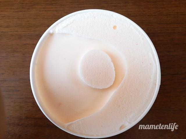 明治エッセルスーパーカップレアチーズケーキのフタを開けたところ