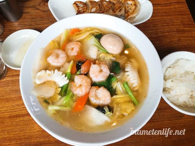 麺屋Aishin愛心の海鮮エビそばと半ライスと餃子