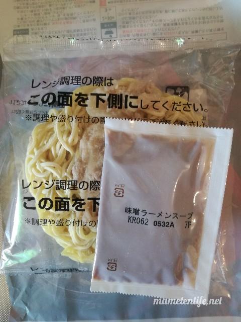セブン‐イレブンの具付き味噌ラーメンの具付き麺とスープ