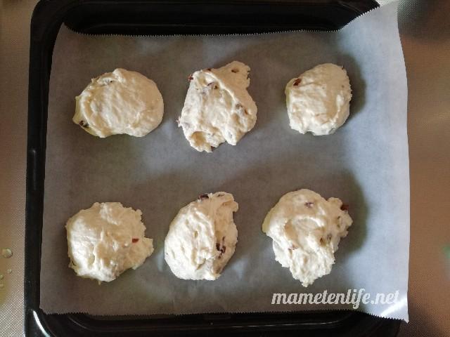 発酵なしヨーグルトパンのアレンジしたレシピの生地を天板に置いたところ
