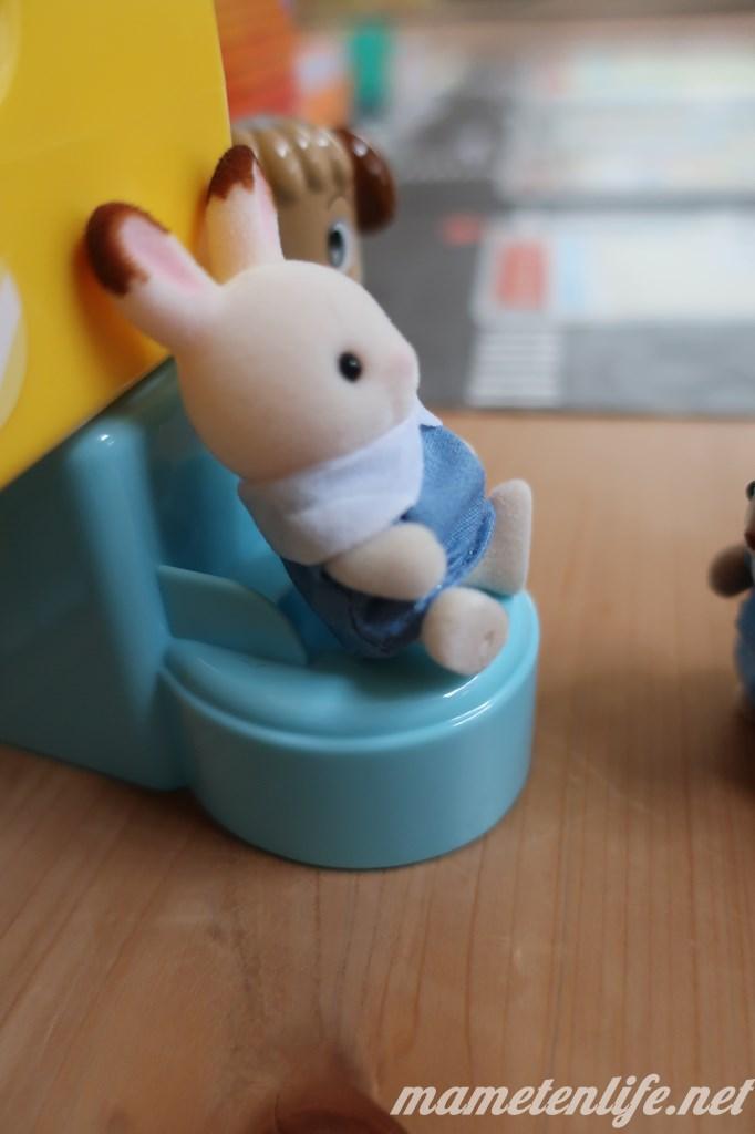 ショコラウサギの赤ちゃんのトイレを見守るいぬこせんせい