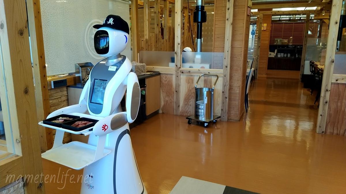 キラキラレストラン焼肉黒真で品物を運ぶロボットのエイミー