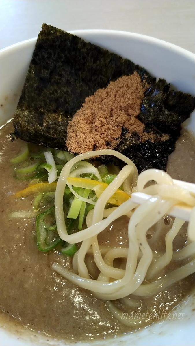 麺の風祥気のスープに魚粉を入れたところ