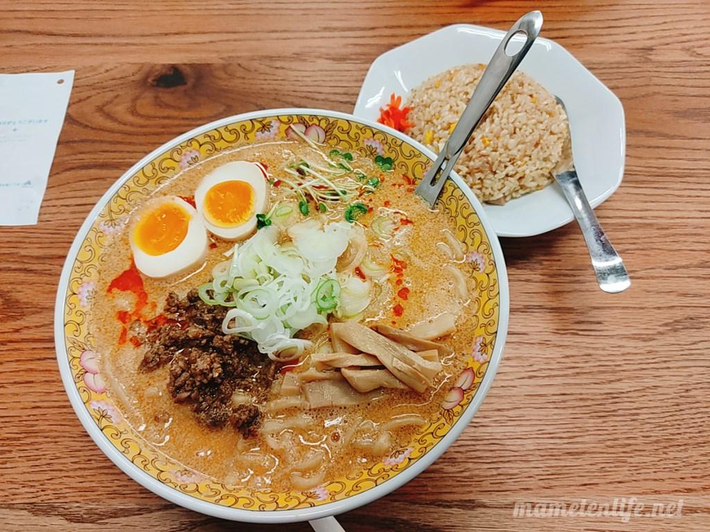 新潟市西区にあるRamen蓮(ラーメンれん)の背脂担々麺と半チャーハン