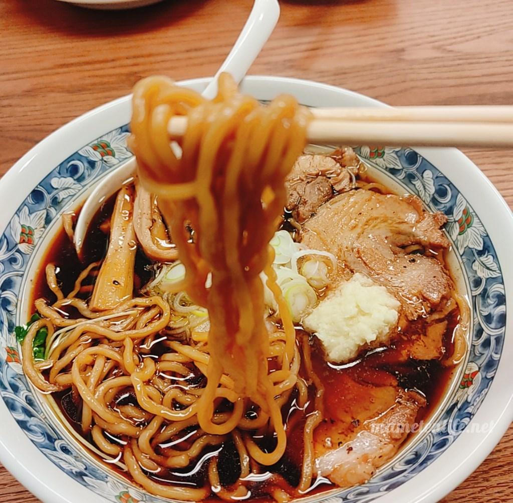 新潟市西区にあるRamen蓮(ラーメンれん)の黒醤油らぁめんの麺