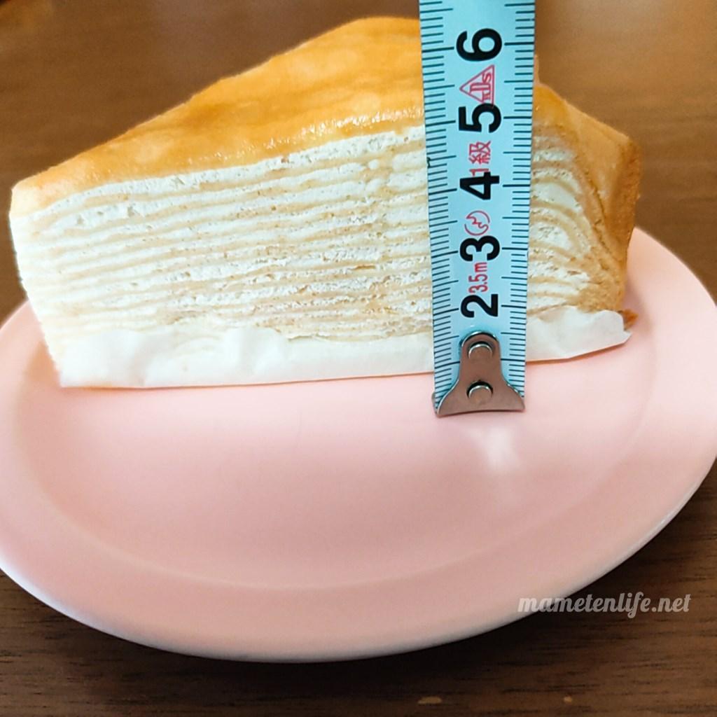 山崎製パンのミルクレープの高さをはかっているところ