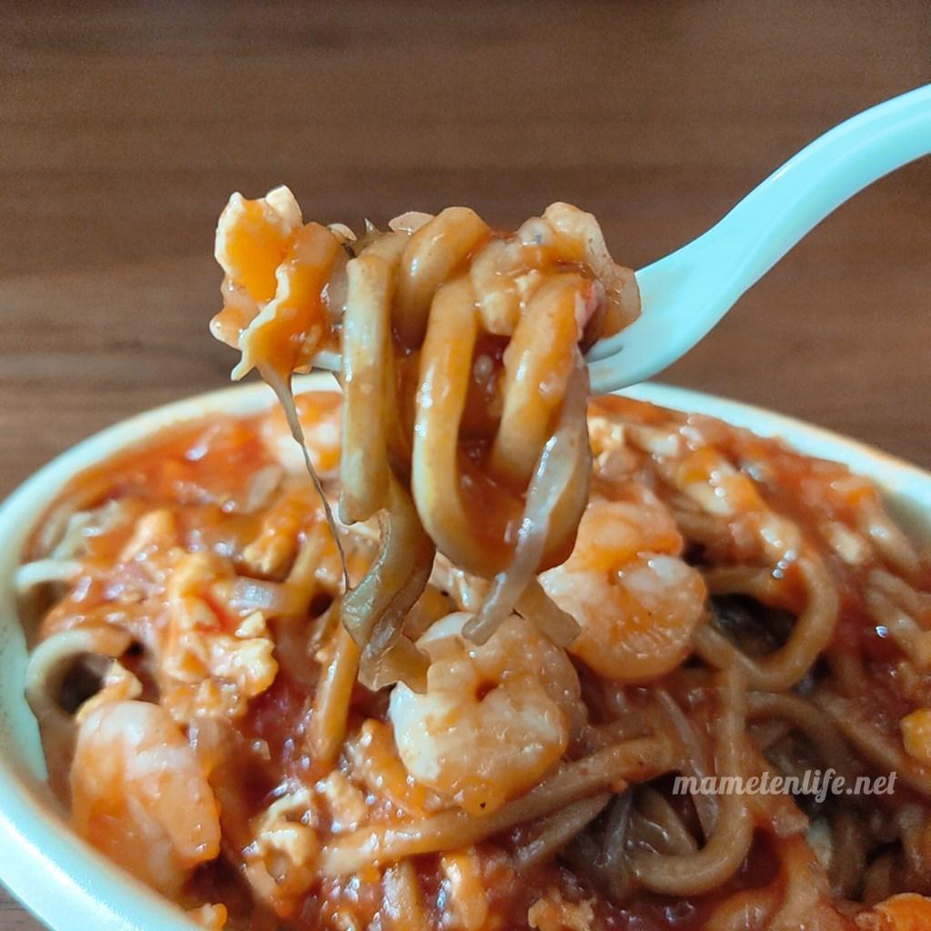 みかづきのエビチリイタリアンの麺をくるくるとフォークに巻いたところ