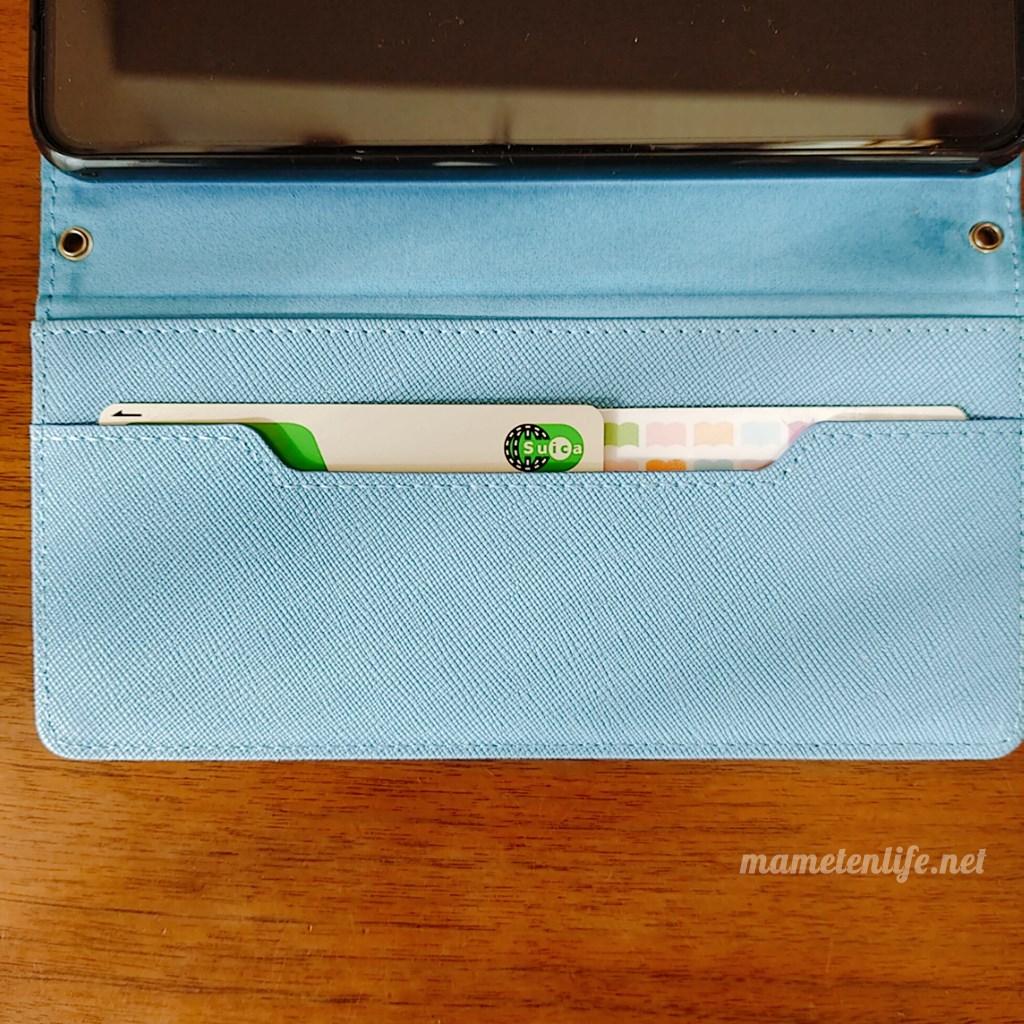 LOOFのSTRAPシリーズのブルーのポケットにカードを入れているところ