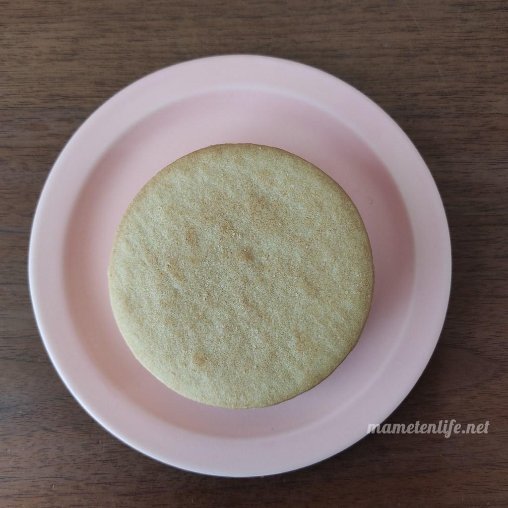 森永乳業 白い恋人サンドアイスを袋から出して皿にのせたところ