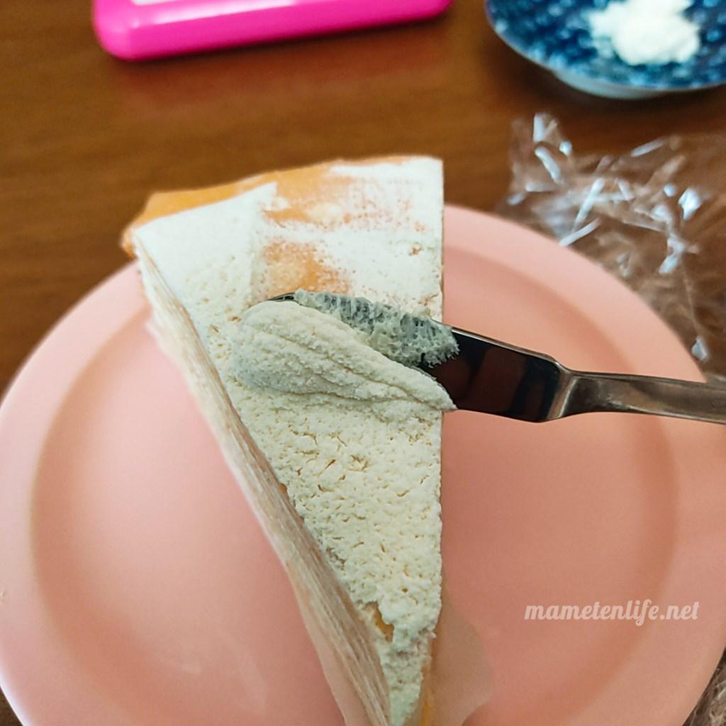 ミルクレープのクリームをバターナイフでとっているところ