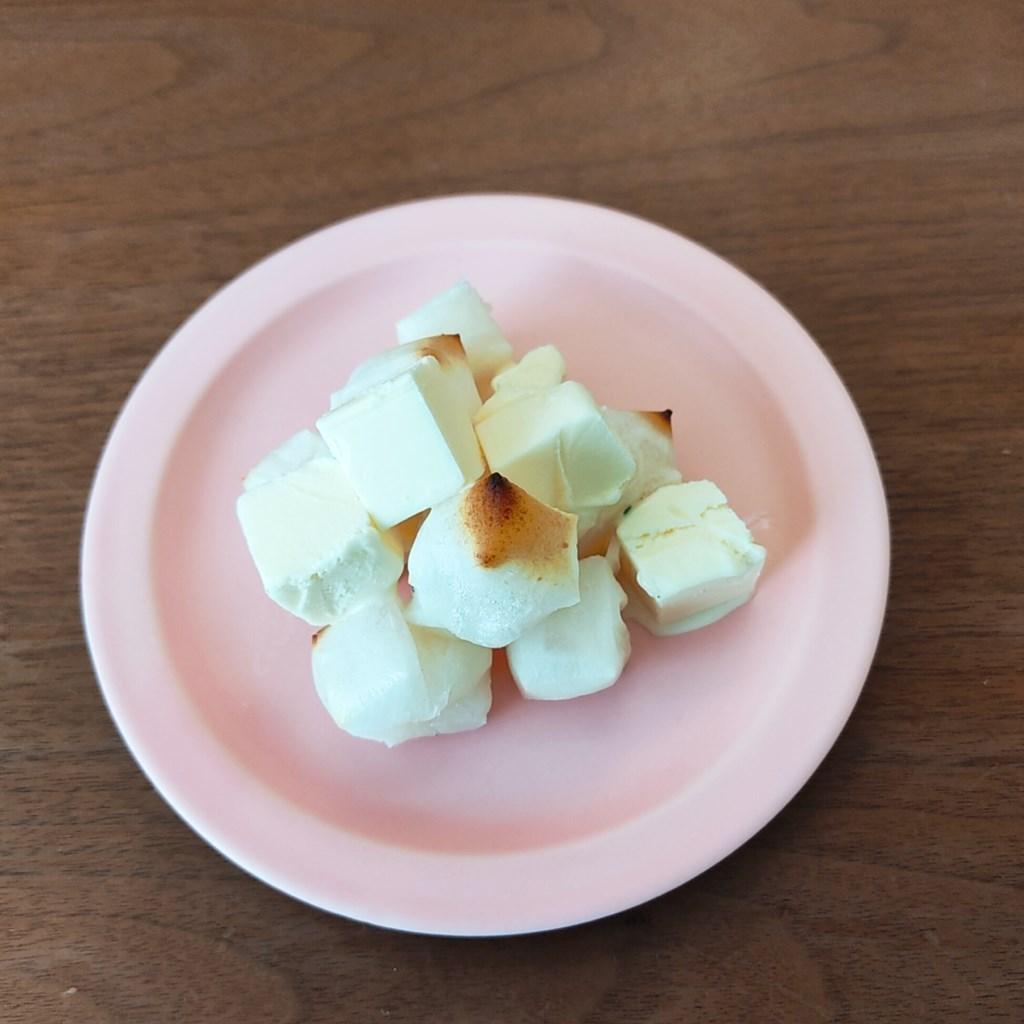 赤城乳業かじるバターアイスを焼いた餅の上にのせたところ