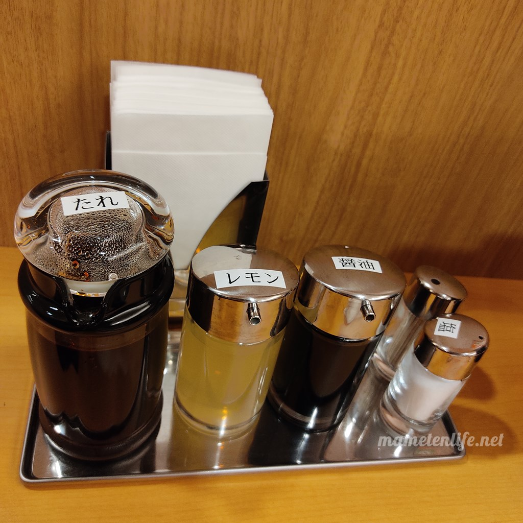 GriLL CamP(グリルキャンプ)新潟店のテーブルにある調味料