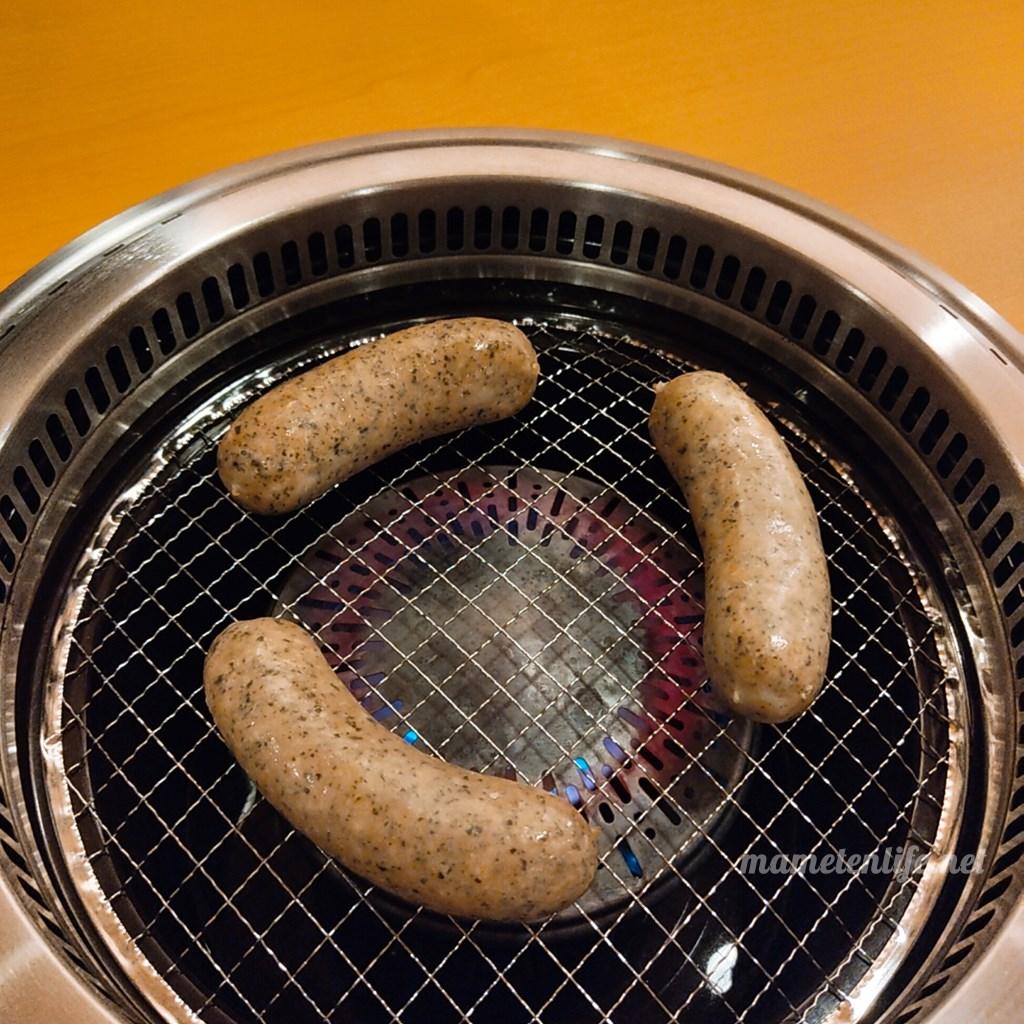 GriLL CamP(グリルキャンプ)新潟店のグリルハーブウインナーを焼いているところ