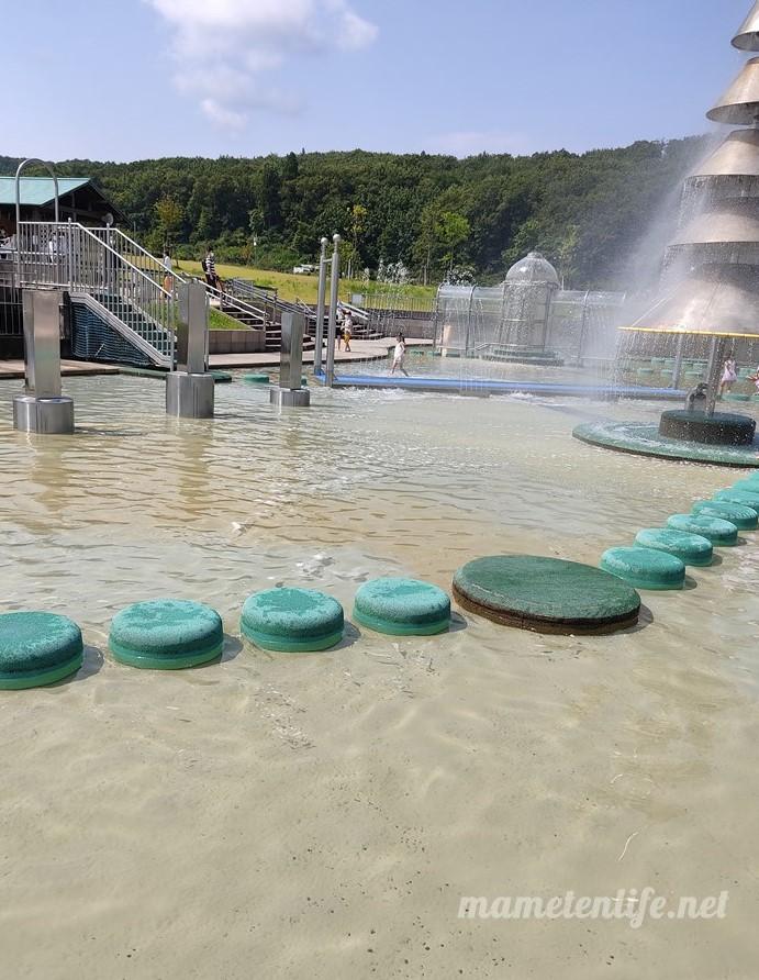 長岡丘陵公園の水遊び広場の水遊具池
