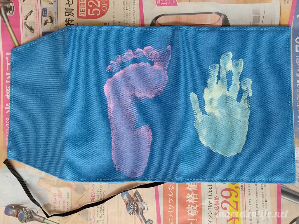 4歳の子どもの手形足型をブックカバーにつけたところ