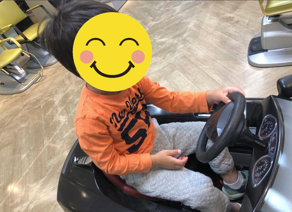 椅子が車になっていてハンドルを回して遊べます