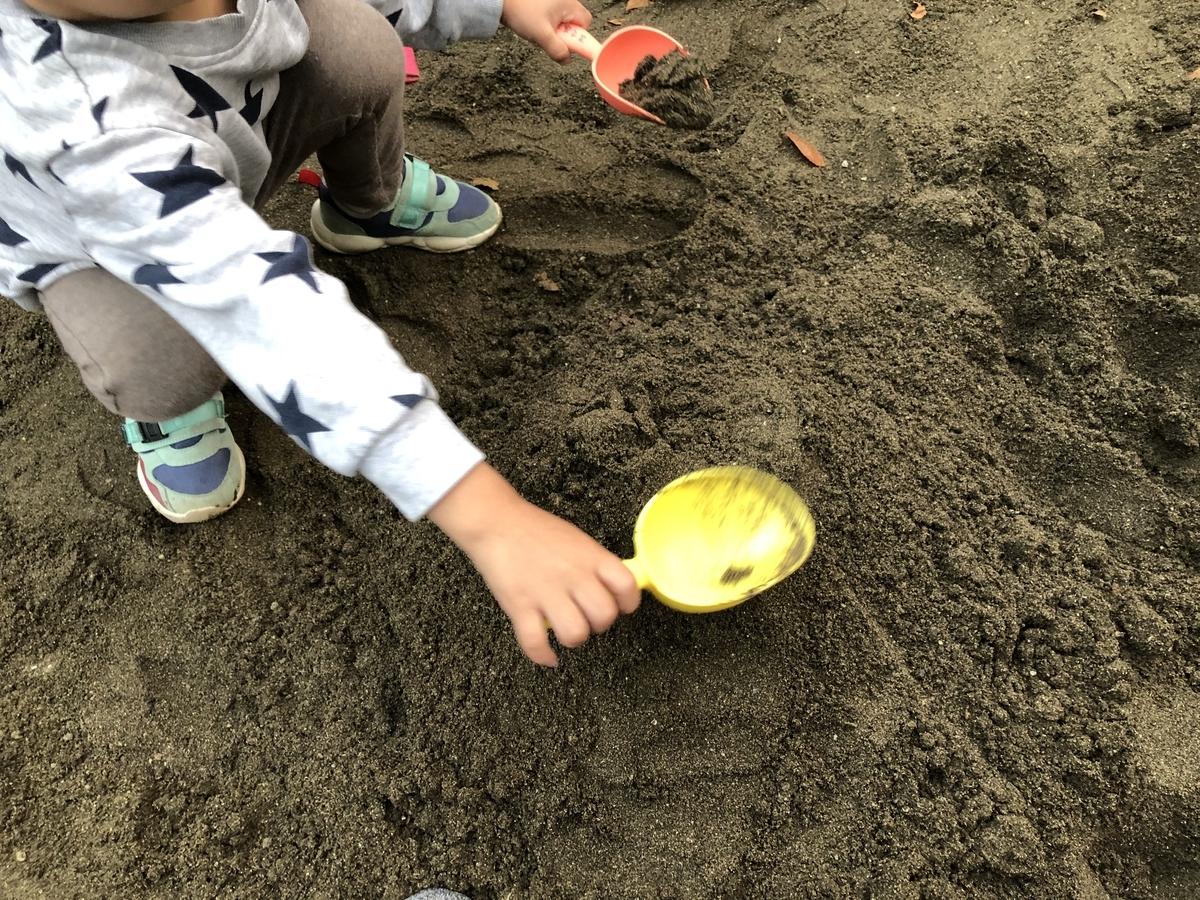 子供と一緒にスコップで掘る(スコップ取られたw)