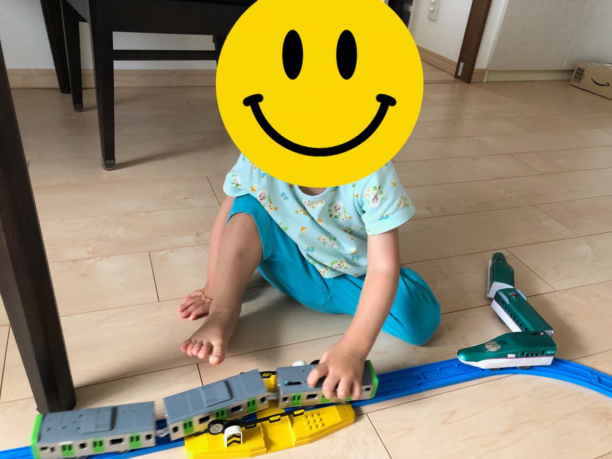 新幹線と山手線のプラレールで遊ぶ息子