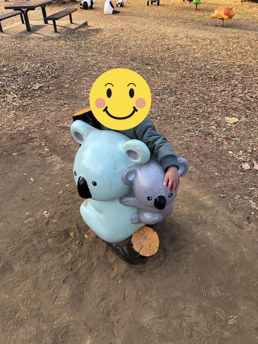 コアラの遊具に抱きつく息子