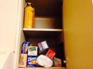 キッチンの備え付けの棚中身画像